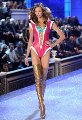 karlie-kloss-victoria-secret-fashion-show-2011-p01